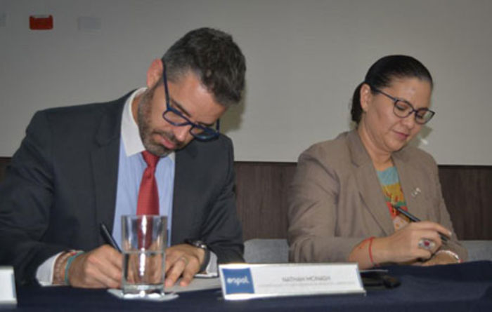 Lundin VP Nathan Monash and ESPOL chancellor Cecilia Paredes Verduga signing the cooperative partnership agreement in Guayaquil