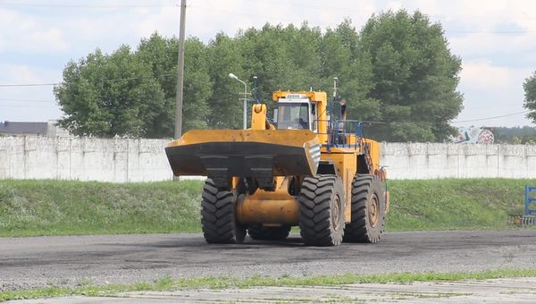 driverless elaz78250 frontend loader has been successfully tested with remote control from an operator in ekaterinburg approximately 2500km away from the elaz testing area