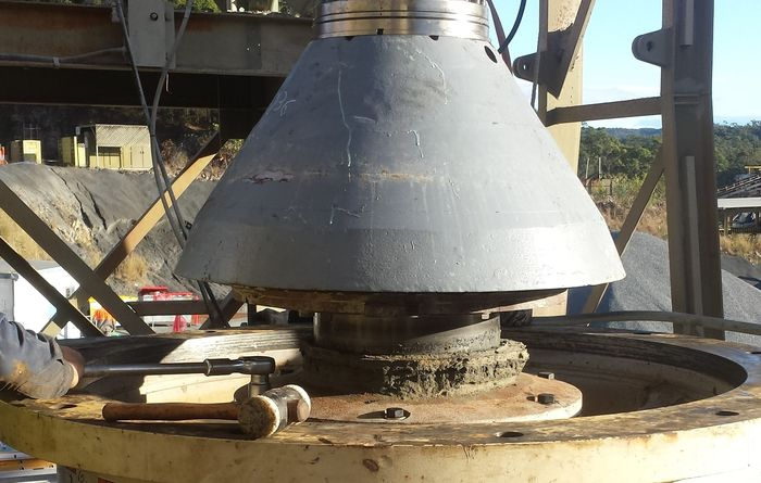 New head nut system for gyratory crushers